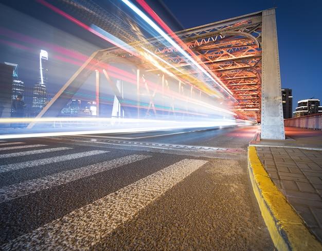 De nacht van moderne brug,