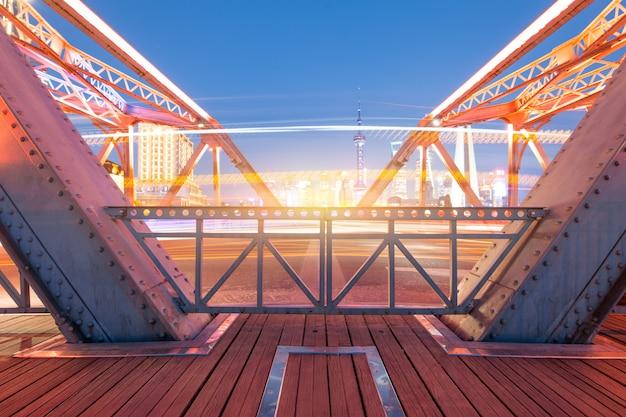 De nacht van moderne brug