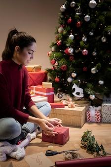 De nacht voor het inpakken van kerstcadeaus