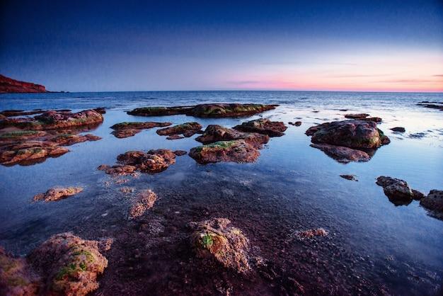 De nachtelijke hemel boven de zee. locatie cape san vito