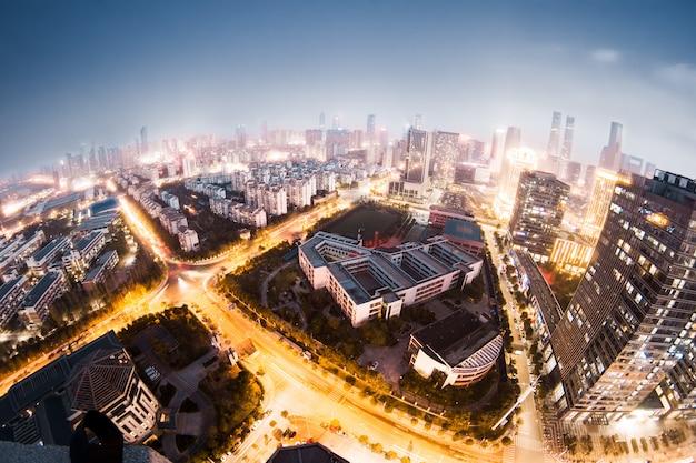 De nachtmening van bangkok met wolkenkrabber in bedrijfsdistrict in bangkok thailand