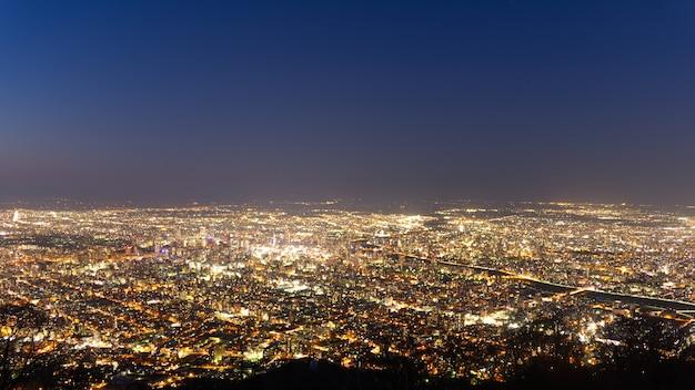 De nachtmening van de zonsondergang van de moderne stad van sapporo van de naam moiwa van de berg in hokkaido, japan.