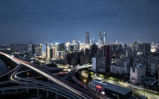 De nachtscène van het financiële district van honggutan en het ontwikkelde stadsverkeer