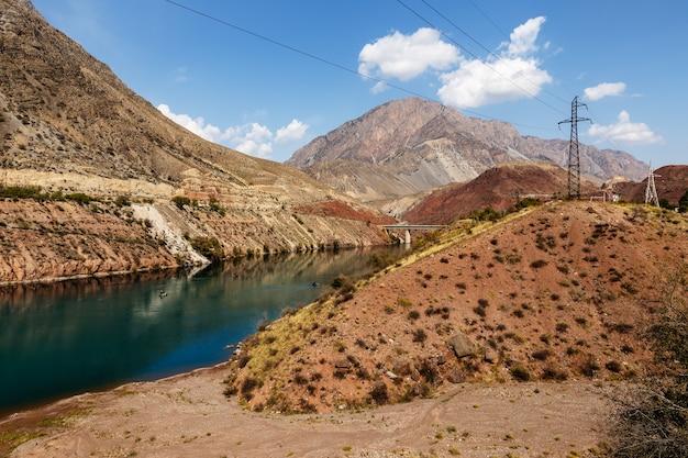 De naryn-rivier in het tian shan-gebergte, karakol kirgizië