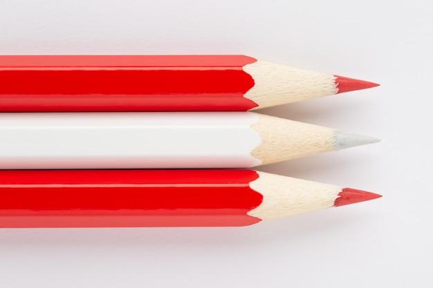 De nationale vlag van oostenrijk die van kleurrijke houten geïsoleerde potloden wordt gemaakt