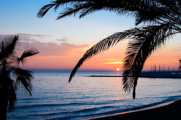 De natuur in de schemering op zee, mooie wolken zijn oranje geverfd.