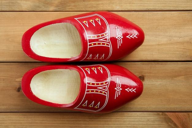 De nederlandse rode klompen van holland op hout