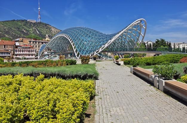 De nieuwe brug in de stad tbilisi, georgië
