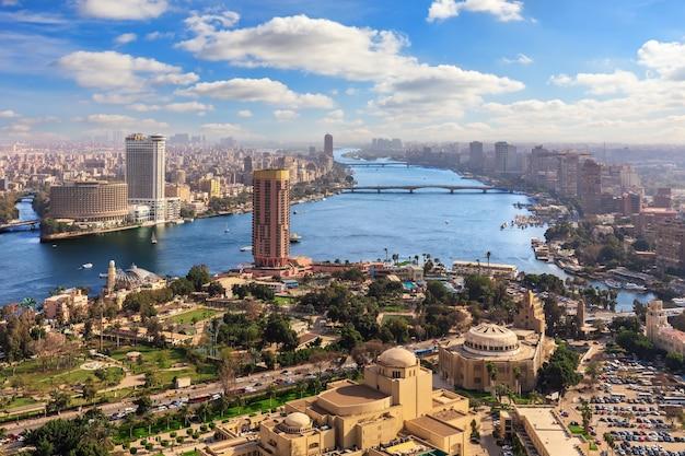 De nijl en het centrum van caïro, egypte, uitzicht van bovenaf.