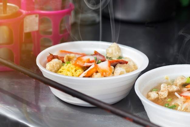 De noedelsoep in boogschuim één van straatvoedsel is populair toeristen snel voedsel, thailand