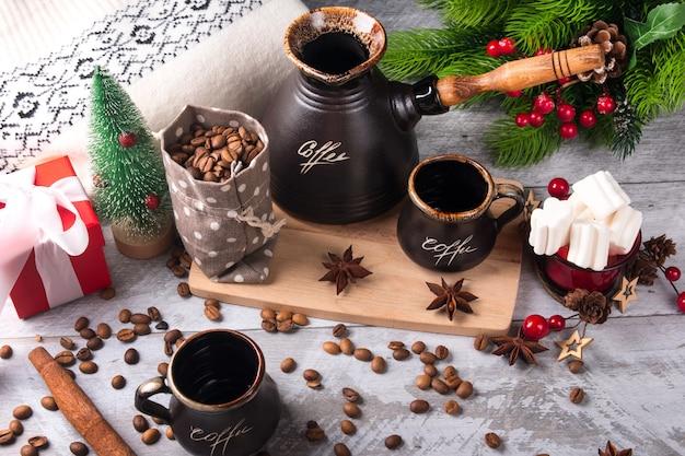 De ochtendkoffie van het nieuwe jaar. een takje van een kerstboom met rode bessen