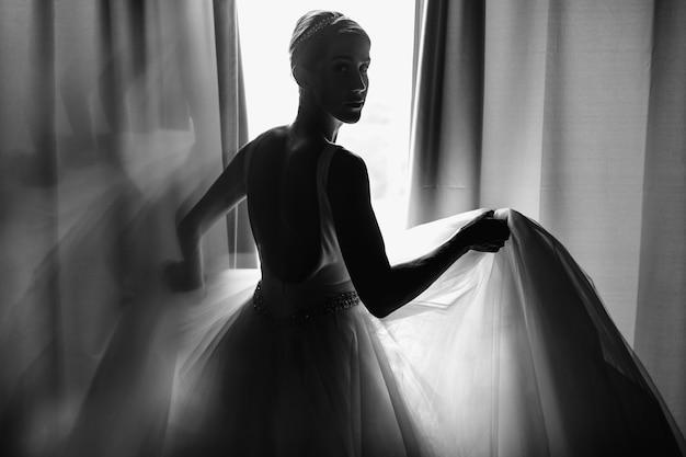 De ochtendportret van de bruid. bruid gekleed als een balerina staat op b