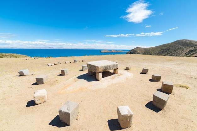 De offertafel van inca op island of the sun, bolivia