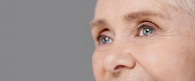 De ogen van de close-up oude vrouw