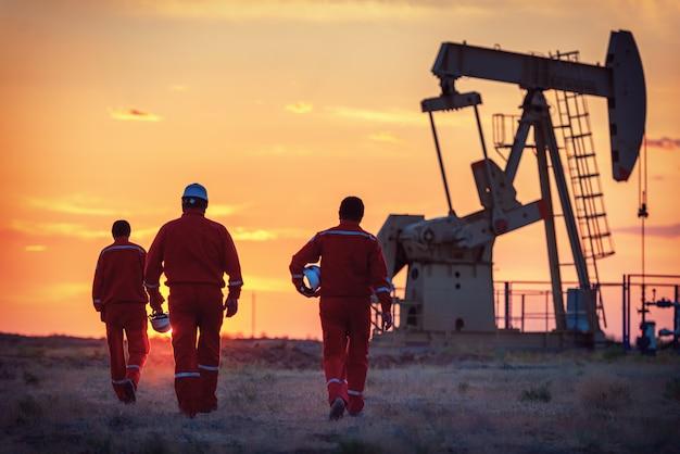 De oliearbeiders aan het werk op een veld