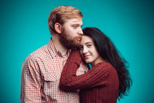 De omhelzing van jonge man en vrouw