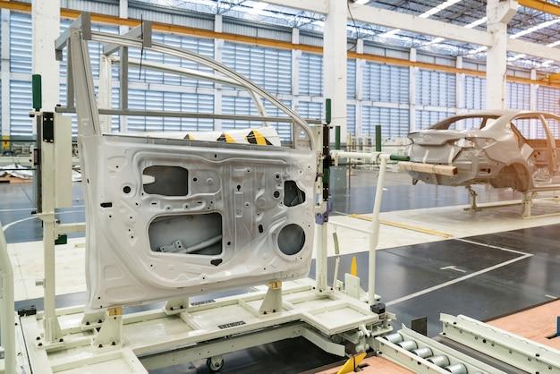De onderdelen (deuren) van de gesimuleerde lijndeur zijn voorbereid voor installatie in een autofabriek.