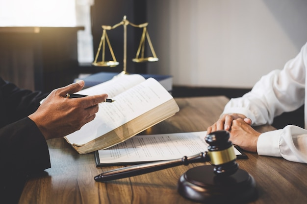De onderneemster en de mannelijke advocaat of de rechter raadplegen het hebben van teamvergadering met cliënt