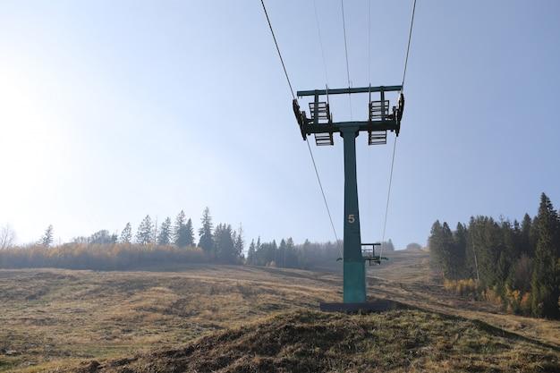 De ondersteuning van een speciale skilift in de bergen. herfst mistige ochtend