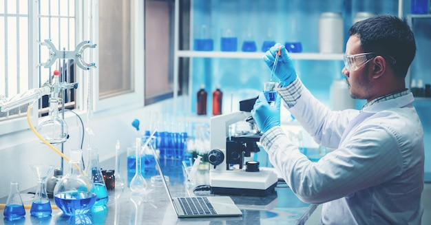 De onderzoeker werkt in een chemisch laboratorium