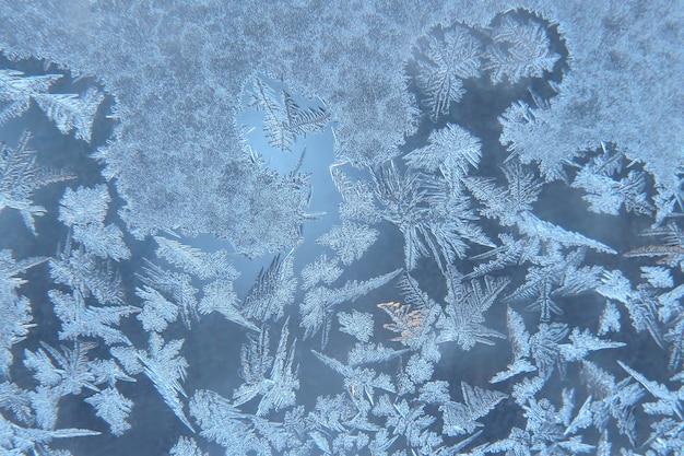 De ongebruikelijke vorst op een winterraam