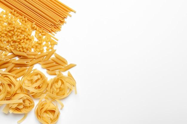 De ongekookte geïsoleerde macaroni van de deegwarenspaghetti