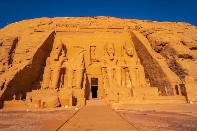 De ongelooflijke abu simbel-tempel herbouwd op de berg in het zuiden van egypte in nubië naast het nassermeer. tempel van farao ramses ii, reislevensstijl