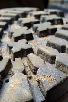 De ongewassen, vuile close-up van het laarsloopvlak.