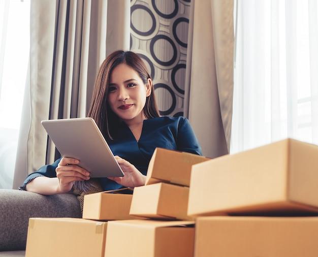 De online bedrijfseigenaar controleert orde op tablet