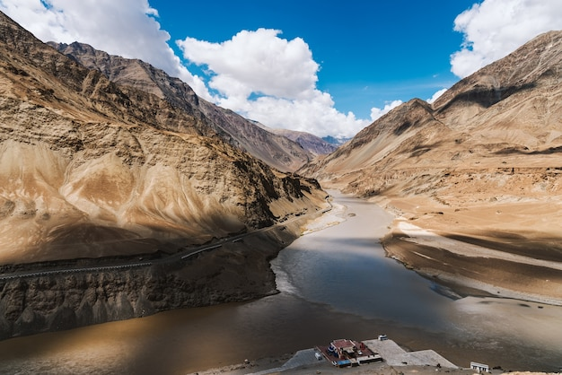 De ontmoeting van de rivieren zanskar en indus. samenvloeiing van de indus- en zanskar-rivieren zijn twee verschillende kleuren water in leh, ladakh, india.