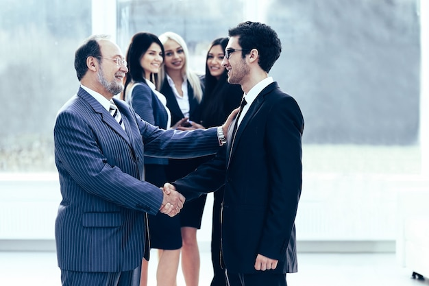 De ontmoeting van twee zakenpartners bij de presentatie