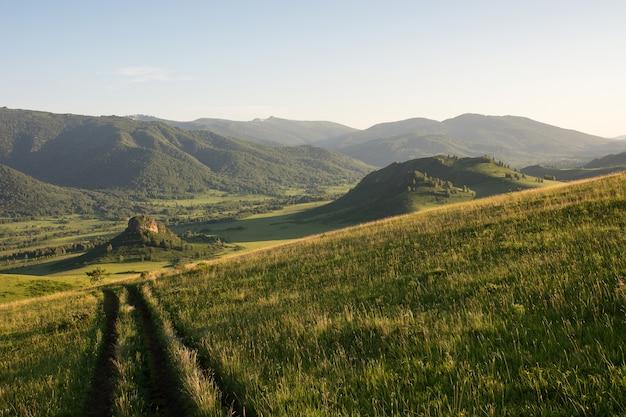 De onverharde weg leidt naar de bergen.