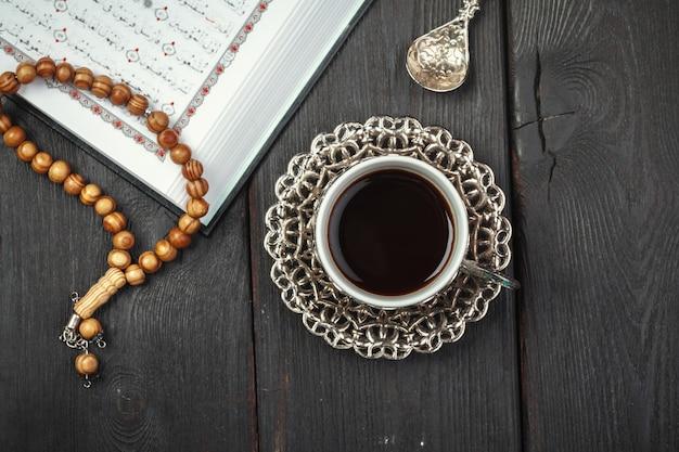 De open heilige koran met tasbih kralen