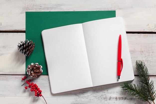 De open notebook op de houten tafel met een pen