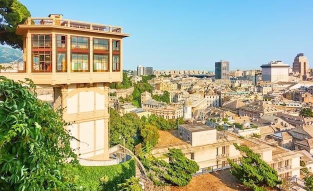 De openbare lift castelletto belvedere montaldo en pamoramic uitzicht op genua, italië.