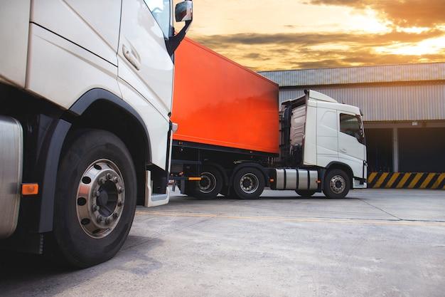 De oplegger voor vrachtwagens in het magazijn, logistiek in de vrachtindustrie en transport
