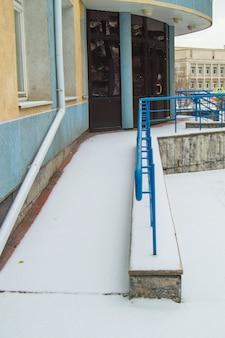 De oprit is bedekt met de eerste sneeuw geïnstalleerd voor de beweging