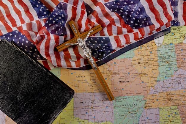 De opstanding en opname van jezus op weg naar god door gebed heilige bijbel van de christen kruist de hoop van de mensheid op redding op amerikaanse vlag en kaart van de vs.