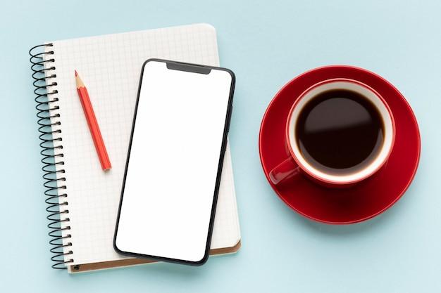 De opstelling van bureauelementen met lege schermtelefoon