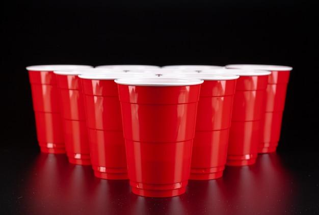 De opstelling van rode plastic bekers voor een potje bierpong