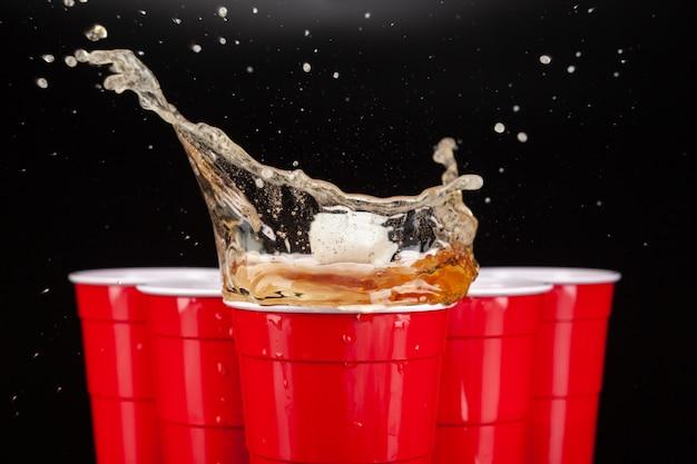 De opstelling van rode plastic bekers voor een spelletje bier pong