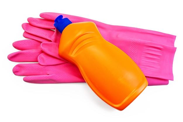 De oranje fles met wasmiddel, roze rubberen handschoenen geïsoleerd op een witte achtergrond