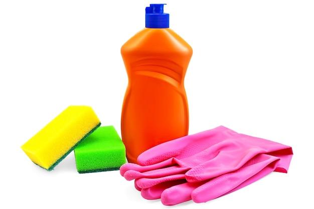De oranje fles wasmiddel, roze rubberen handschoenen en twee sponzen geel en groen geïsoleerd op een witte achtergrond