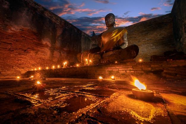 De oude beelden van boedha bij oude tempels, historisch park in si ayutthaya province van phra nakhon, thailand
