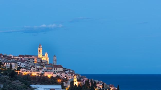 De oude binnenstad van cervo, ligurië, italië, met de prachtige barokke kerk die uit de huizen voortkomt.