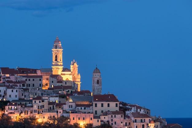 De oude binnenstad van cervo, ligurië, italië, met de prachtige barokke kerk die uit de huizen voortkomt