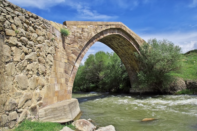 De oude brug in de bergen van de kaukasus van armenië