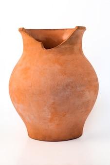 De oude gebroken pot van het kleiterracotta in de stijl van het dorpsland die op wit wordt geïsoleerd