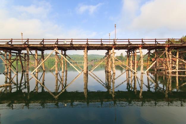 De oude houten brug brug instorten brug over de rivier en houten brug (mon brug) op sangklaburi, kanchanaburi, provincie azië thailand