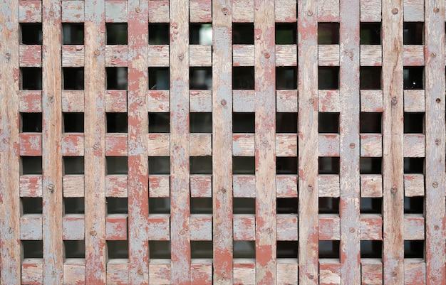 De oude houten textuur van de netmuur voor luchtventilatie